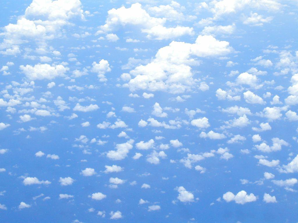 小さな雲の群れと青空